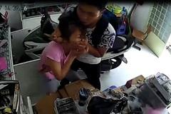 Kề dao vào cổ chủ cửa hàng, cướp Iphone ở Sài Gòn