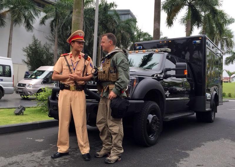Cú 'bám đuổi' xe đặc vụ Mỹ của CSGT dẫn đoàn Obama