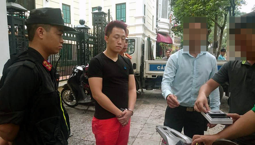 Hà Nội: Kiều nữ xăm ở đùi bị bắt khi vừa 'bay'