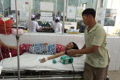 Nước mắt người cha nghèo nuôi con trong bệnh viện
