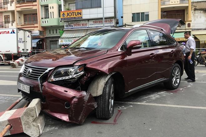 Ôtô Lexus gần 4 tỷ gây tai nạn ở Sài Gòn