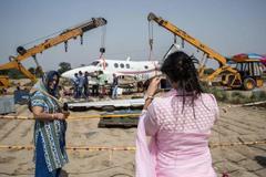 Thích thú chụp ảnh với máy bay bị nạn