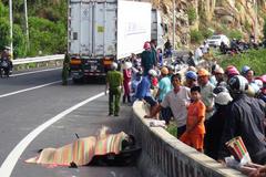 Xe máy ngoắc xe đầu kéo, 2 phụ nữ chết thảm