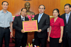 Lào ủng hộ hơn 5,5 tỷ đồng cho dân vùng hạn mặn