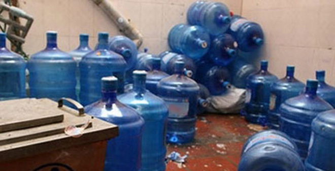 Bình nước lọc được tẩy bằng axit: Dân văn phòng lo thủng ruột