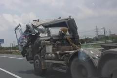 Ô tô kéo container nát đầu vẫn chạy loạn phố Hà Nội