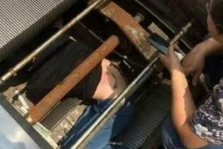 Khoảnh khắc kinh hoàng người thợ bị thang cuốn 'nuốt chửng'