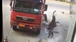 Lốp xe phát nổ khiến người thợ sửa văng lên trời, vỡ mặt