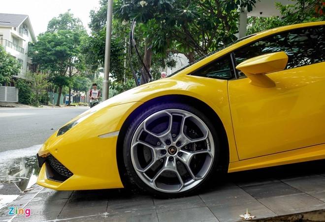 Siêu xe Lamborghini Huracan trước nhà Cường Đôla