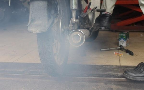4 tuyệt chiêu đơn giản để biết xe máy của bạn có ngốn xăng hay không