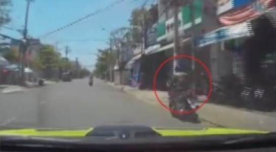 Clip xe hơi truy đuổi xe máy sau va chạm