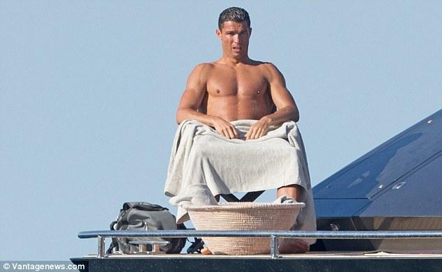 Ronaldo 'đốn tim' chị em trước EURO 2016