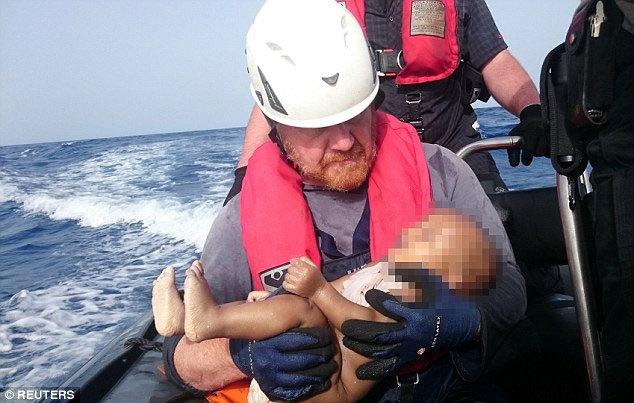 Thế giới sốc nặng trước bức ảnh thi thể bé tị nạn