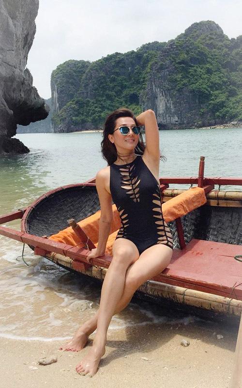 MC Kỳ Duyên khoe body sexy trước biển ở tuổi 51
