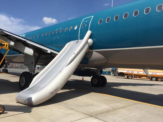 Khách mở cửa thoát hiểm máy bay làm bung phao cứu sinh