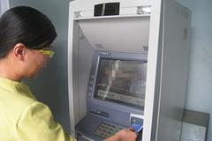 Bị lấy cả chục triệu đồng vì kẹt thẻ ATM
