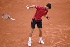 """""""Giận cá chém thớt"""", Djokovic lại đập vợt"""