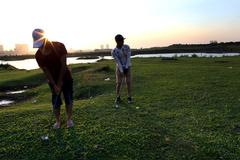 Xem người nghèo chơi golf giữa Thủ đô