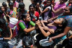 Nắng nóng đỉnh điểm, phụ nữ đánh nhau giành nước