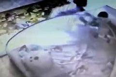 Đoạn video từ camera an ninh khiến bà mẹ sốc nặng