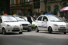 Giá xăng tăng liên tục, taxi lại 'rục rịch' tăng giá cước