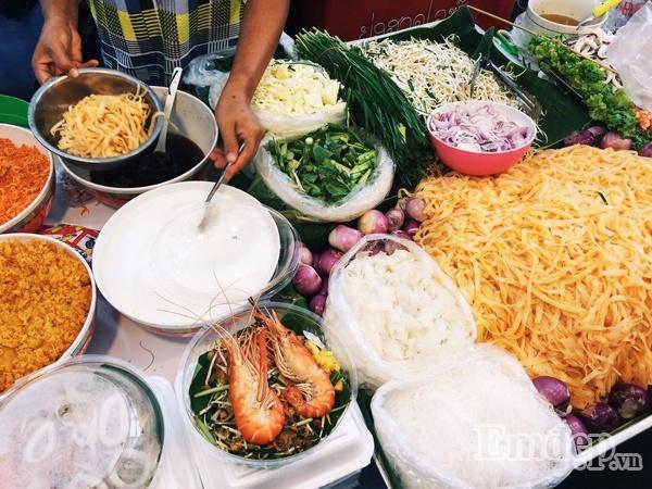 Theo chân cô nàng xinh đẹp khám phá ẩm thực đường phố Thái Lan