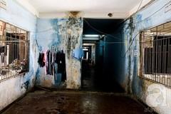 Những hộ dân cuối cùng sống trong chung cư 60 tuổi hoang tàn, xập xệ ngay giữa Sài Gòn
