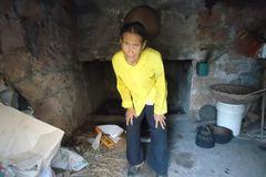 Mẹ già 82 tuổi nuôi con gái bị tâm thần