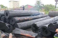 Gần cây xăng, hàng trăm khối gỗ quý cháy thành than