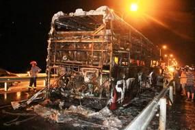 Xe giường nằm cháy rụi, 42 hành khách đập cửa thoát thân