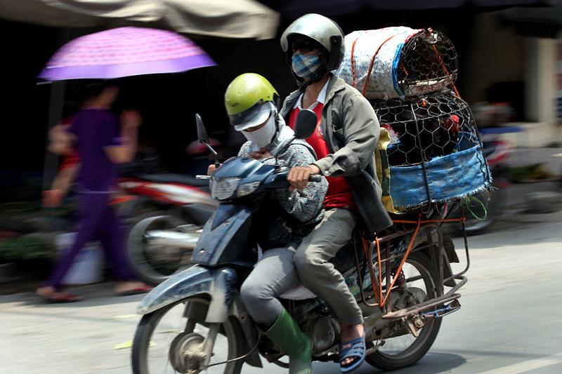 Nhọc nhằn giấc ngủ trên xe máy dọc đường đi chợ