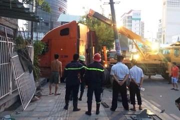 Container lao vào nhà dân, cả chục người tháo chạy