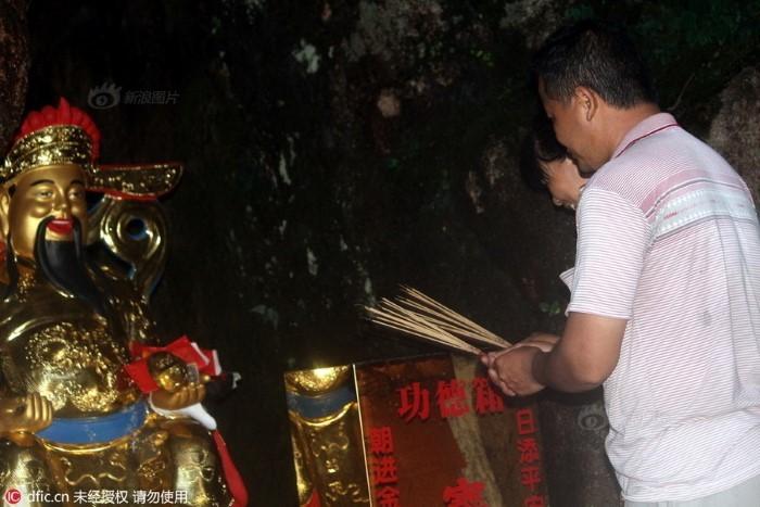 kỳ thi  đại học Trung Quốc, cao khảo, gaokao, cha mẹ quỳ lạy