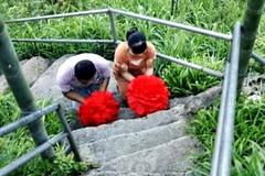 Cha mẹ quỳ lạy 2.000 bậc thang cầu con đỗ đại học