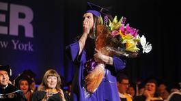 Nữ sinh ngỡ ngàng vì được cầu hôn trong lễ tốt nghiệp