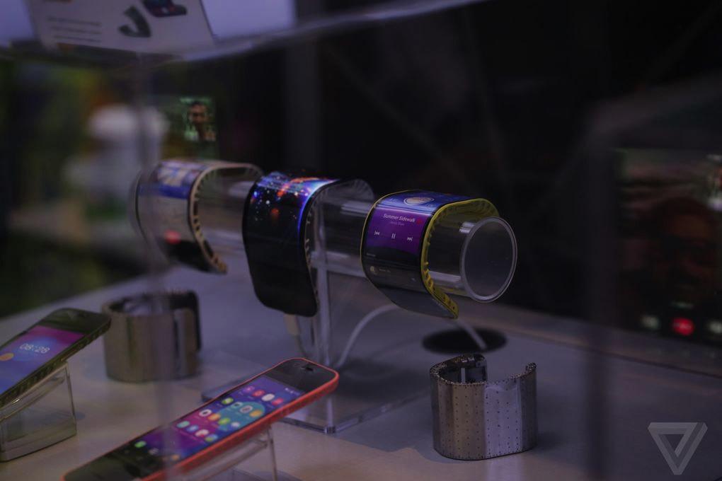 Lenovo hé lộ smartphone uốn cong như đồng hồ
