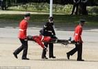 Lính canh ngất giữa lễ mừng sinh nhật Nữ hoàng Anh
