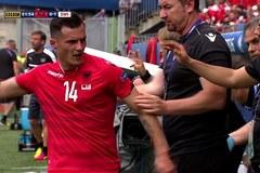 Bị thay người, sao Albania ném chai nước vào mặt đồng đội