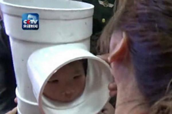 Vật lộn cứu bé trai kẹt đầu trong ống nước