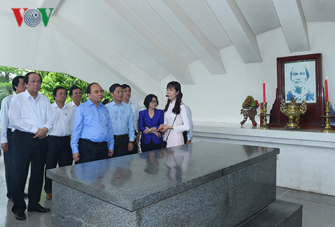 Thủ tướng dâng hương tưởng niệm cụ Phó bảng Nguyễn Sinh Sắc