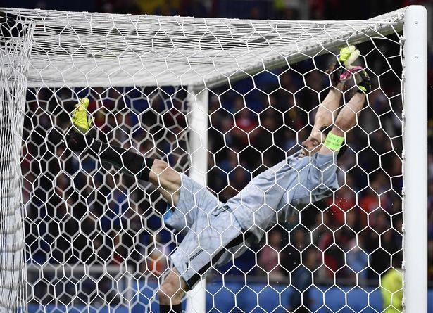 Ăn mừng phấn khích, Buffon ngã đau điếng