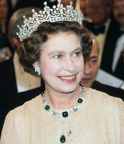 Chiêm ngưỡng bộ vòng cổ tuyệt đẹp của Nữ hoàng Anh