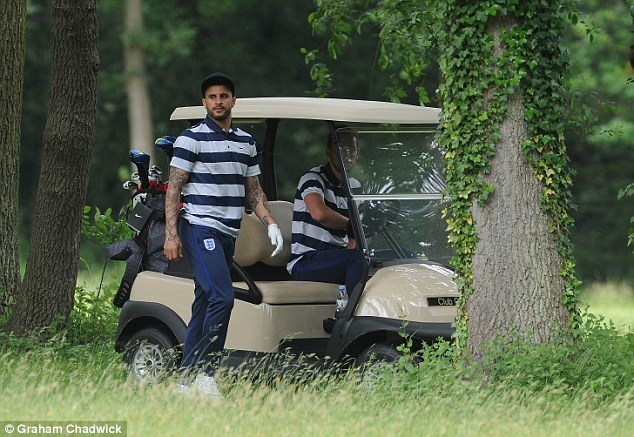 Rooney rủ Kane đi chơi golf trước khi chiến xứ Wales