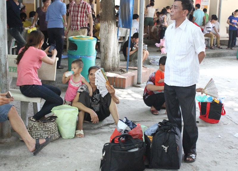 Hàng trăm trẻ lả thiếp giữa trời nóng rang