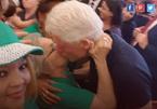 Bill Clinton bị bắt gặp hôn phụ nữ lạ