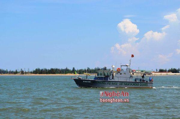 Tàu cứu nạn đang đưa phi công Su-30MK2 vào bờ