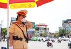 Giọt mồ hôi lăn trên má nữ cảnh sát giao thông