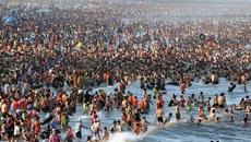 Nắng nóng biển Sầm Sơn không còn chỗ trống