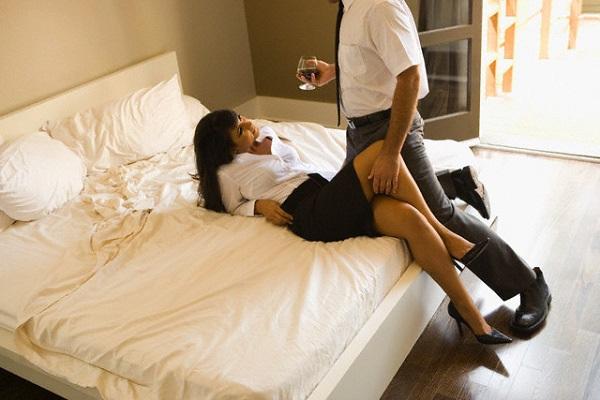 Sốc khi chứng kiến chồng và cô gia sư quằn quại trong phòng ngủ
