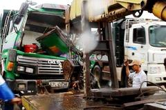 Hàng chục người phá cửa cứu tài xế trong cabin bẹp dúm